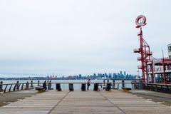 VANCOUVER DEL NORD, BC, IL CANADA - 9 GIUGNO 2019: L'area del sentiero costiero vicino ai cantieri navali al mercato pubblico di  fotografia stock