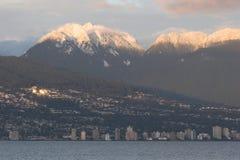 Vancouver del nord con neve ha ricoperto le montagne del nord della riva Fotografie Stock Libere da Diritti