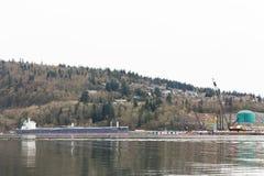 VANCOUVER DEL NORTE, A.C., CANADÁ - ABRIL, 09, 2018: El buque de petróleo cerca del Parkland aprovisiona de combustible la refine imagen de archivo libre de regalías