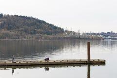 VANCOUVER DEL NORTE, A.C., CANADÁ - 9 DE ABRIL DE 2018: La refinería del Parkland en la montaña de Burnaby, con tomar de la const imágenes de archivo libres de regalías
