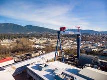 VANCOUVER DEL NORTE, A.C., CANADÁ - 13 DE ENERO DE 2019: Grúa seaspan industrial grande en el puerto en Vancouver del norte foto de archivo libre de regalías