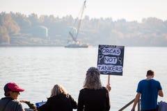 VANCOUVER DEL NORTE, A.C., CANADÁ - 28 DE OCTUBRE DE 2017: Mujer que lleva a cabo una muestra en la protesta de la tubería propue fotos de archivo libres de regalías