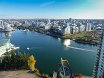 Vancouver för flyg- sikt modern cityscape för solig dag Royaltyfri Fotografi