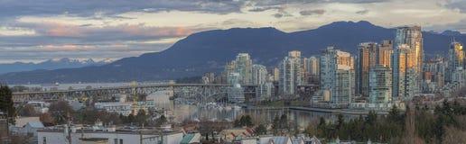 Vancouver F. KR. horisont med Granville Island Bridge Royaltyfri Bild