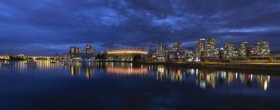 Vancouver F. KR. Kanada horisont vid False Creek på den blåa timmen Royaltyfri Fotografi