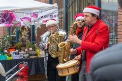Vancouver F. KR., Kanada - 11/25/18: Jazzmusiker som spelar saxofonen, valsen och trumpeten på Yaletown CandyTown även i Vancouve royaltyfri fotografi