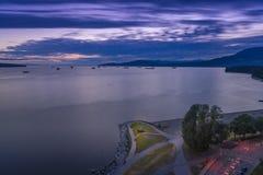 Vancouver F. KR. Kanada, Juni 2018 den fluffiga solnedgången fördunklar över engelskafjärden Arkivbilder