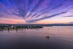 Vancouver F. KR. Kanada, Juni 2018 den fluffiga solnedgången fördunklar över stadshimmel Arkivbilder
