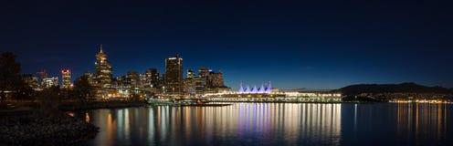 VANCOUVER F. KR., KANADA - SEPT 12, 2015: I stadens centrum Vancouver och Kanada ställe på natten, med de norr kustbergen in royaltyfria foton