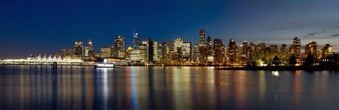Vancouver GODZINA Linia horyzontu od Stanley Parkowej Błękitny Godzina obraz stock