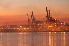 Vancouver-Hafen-Ladung streckt Dämmerung stockfotos
