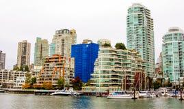Vancouver horisont som ser över False Creek Arkivbilder