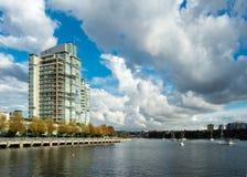 Vancouver hyreshus som förbiser False Creek Royaltyfri Bild