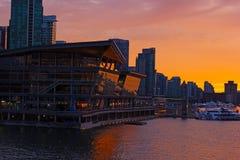 """VANCOUVER KANADA †""""JUNI 25: Nattplats av de Convention Center och stadshorisonterna på Juni 25, 201 Fotografering för Bildbyråer"""