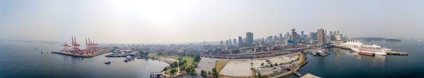 VANCOUVER KANADA - AUGUSTI 9, 2017: Flyg- sikt av cityscape för Royaltyfri Fotografi