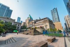 VANCOUVER KANADA - AUGUSTI 10, 2017: Stadsbyggnader från Robson Arkivfoto
