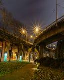Vancouver Kanada - 15. Dezember 2017: Fußgänger- Weg unter Granville-Brücke in Nacht-Vancouver-Stadtbild Stockfotografie