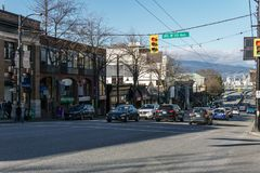 Vancouver Kanada - Februari 9, 2018: Granville gata och 7th aveny med byggnader för folk- och bilrestaurangdiversehandel Arkivfoton