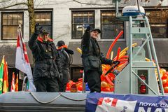 VANCOUVER KANADA - Februari 18, 2018: Kanadensaren tjäna som soldat i den Vancouver kineskvarteret, under kinesiskt nytt år ståta Royaltyfri Foto