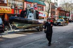 VANCOUVER KANADA - Februari 18, 2018: Kanadensaren tjäna som soldat i den Vancouver kineskvarteret, under kinesiskt nytt år ståta Arkivfoto