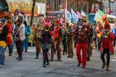 VANCOUVER KANADA - Februari 18, 2018: Marschhundkapplöpningmusikbandet som utför under kinesiskt nytt år, ståtar Royaltyfri Bild