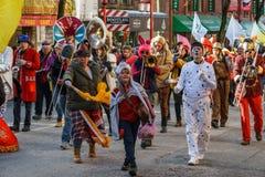 VANCOUVER KANADA - Februari 18, 2018: Marschhundkapplöpningmusikbandet som utför under kinesiskt nytt år, ståtar Arkivfoto