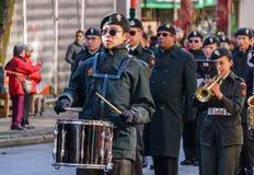 VANCOUVER KANADA - Februari 18, 2018: Marschmusikbandet som utför under kinesiskt nytt år, ståtar i den Vancouver kineskvarteret Royaltyfri Foto