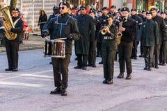 VANCOUVER KANADA - Februari 18, 2018: Marschmusikbandet som utför under kinesiskt nytt år, ståtar i den Vancouver kineskvarteret Royaltyfria Foton