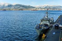 VANCOUVER KANADA - Februari 18, 2018: Skepp för kanadensisk marin som parkeras på Vancouver Kanada ställeport arkivbild
