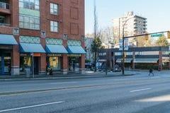 Vancouver Kanada - Januari 14, 2018: Stad av Vancouver den 14th avenyn och Cambie gata med folk Royaltyfri Bild
