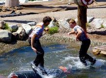 VANCOUVER, KANADA - 12. JUNI 2010: Zwei Holzfäller nehmen am Wasserklotzrollen auf Waldhuhn-Berg teil stockfotos