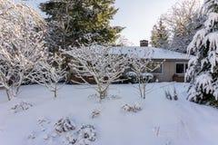 VANCOUVER KANADA, Luty, - 24, 2018: Zima ranek po nocy śnieżnej miecielicy stary dom przy Cambie ulicą Zdjęcia Royalty Free