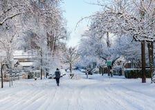 VANCOUVER KANADA, Luty, - 24, 2018: Zima ranek po nocy śnieżny miecielica mężczyzna bieg na wrzos ulicie Fotografia Royalty Free