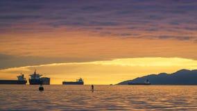 Vancouver Kanada, Maj 2017 guld- himmel för timmesolnedgångmoln med havsikter Royaltyfria Bilder