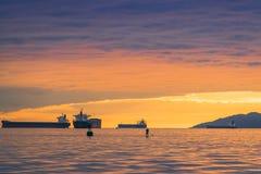 Vancouver Kanada, Maj 2017 guld- himmel för timmesolnedgångmoln med havsikter Arkivfoton