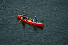 Vancouver Kanada, Maj 2017 två kvinnor som kayaking med den röda kajaken Arkivbild