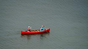 Vancouver Kanada, Maj 2017 två kvinnor som kayaking med den röda kajaken Fotografering för Bildbyråer