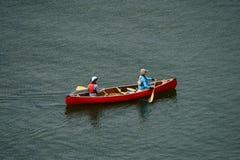 Vancouver Kanada, Maj 2017 två kvinnor som kayaking med den röda kajaken Arkivfoton