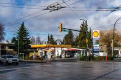 VANCOUVER KANADA, Styczeń, - 21, 2018: Łuska benzynową stację, sklep wielobranżowy przy i Zdjęcie Stock