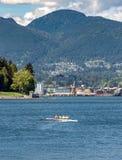 Vancouver, kolumbia brytyjska, - Maj 5, 2019: Jaskrawy ubieraj?ca scull wio?larstwa grupa w W?glowym schronieniu obrazy royalty free