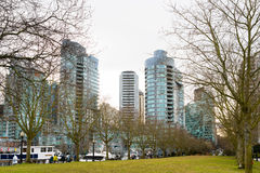Vancouver park z wysokimi wzrostów budynkami w tle Obrazy Stock