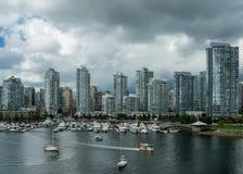 Vancouver-Skyline, die False Creek übersehen Stockbilder