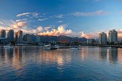 Vancouver-Skyline, -ozean und -berge bei Sonnenaufgang stockfotos