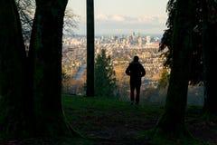 Vancouver som är i stadens centrum i morgonljus från soluppgång med mansilhou royaltyfria foton