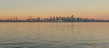Vancouver som är i stadens centrum på soluppgång Arkivfoto