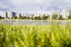 Vancouver-Stadtbild mit Gras im Vordergrund Stockbilder