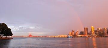 Vancouver van de binnenstad met regenboog bij zonsondergang stock afbeeldingen