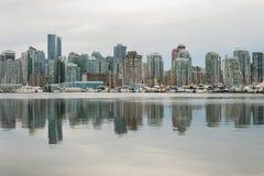 Vancouver W centrum odbicie na Chmurnym dniu Obrazy Royalty Free