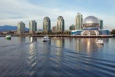 Vancouver-Wissenschafts-WeltSkyline vom Wasser Lizenzfreie Stockfotografie