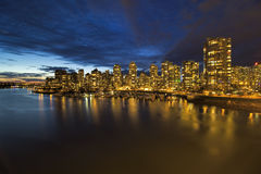 Vancouvers Skyline BC durch Jachthafen in der Dämmerung Stockfotografie